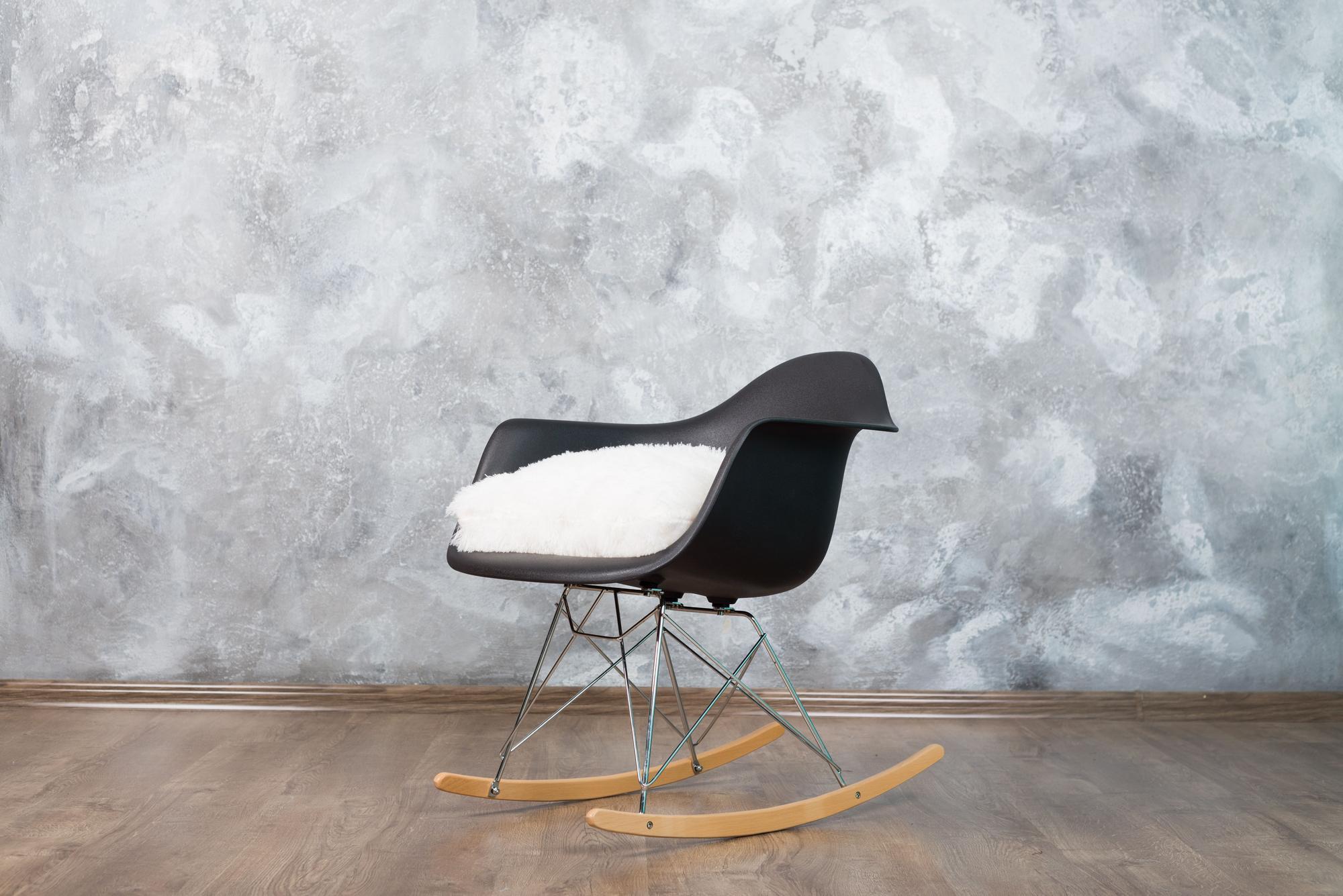Серая локация с креслом-качалкой