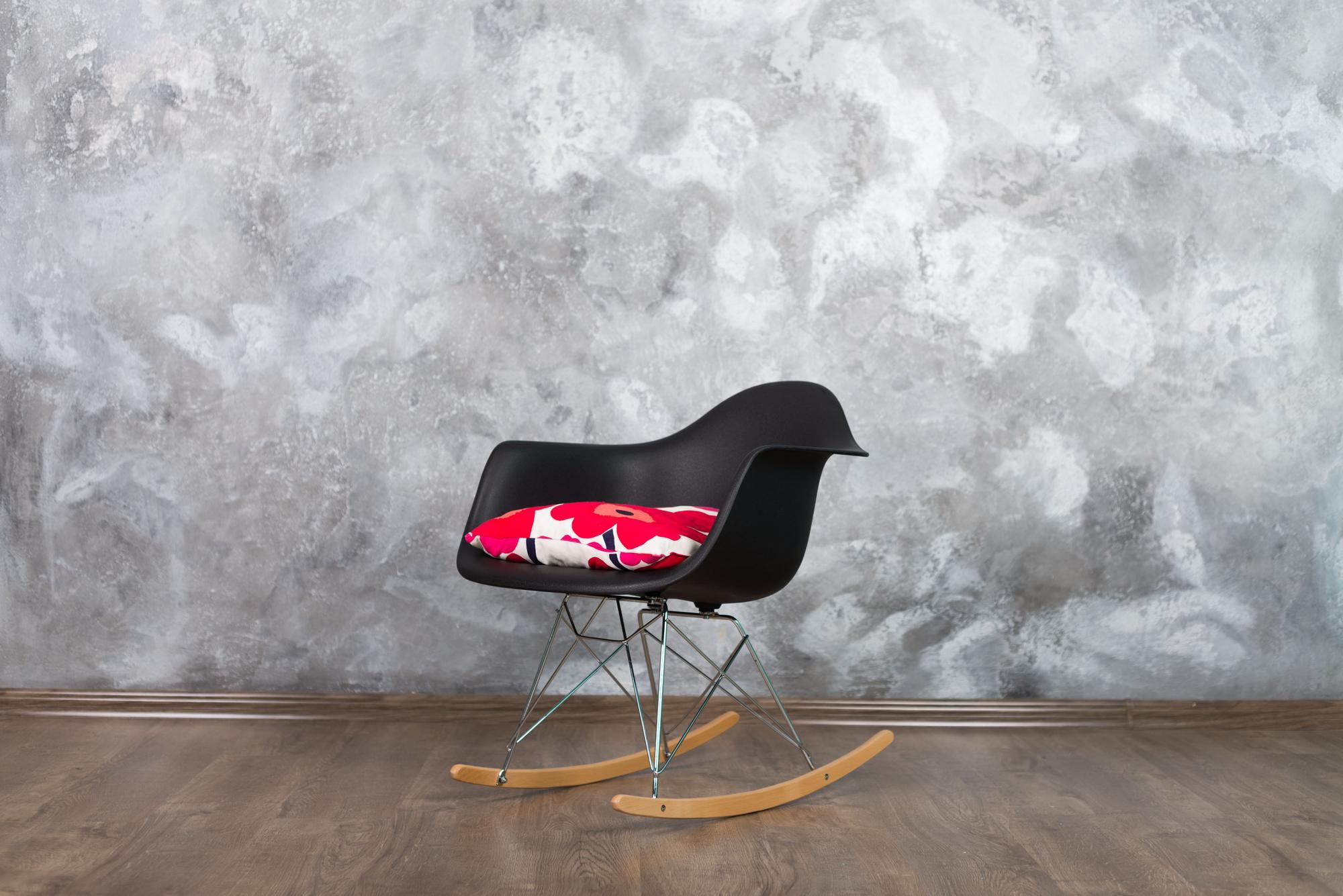 Черное кресло с цветной подушкой
